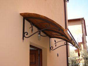Pensilina in legno e ferro per portone abitazione