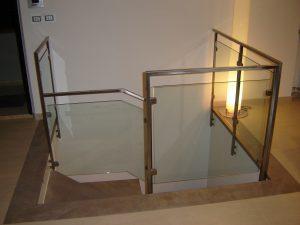 Ringhiera in ferro lucido e pannelli in vetro